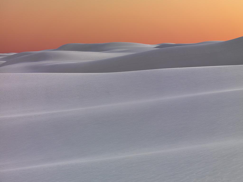 夕日に染まるホワイトサンズの真っ白な砂丘