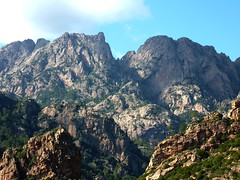 Une vue très inhabituelle (par le SE) de Punta Velacu sur la gauche et du Tafonu di u Cumpuleddu à droite de la brèche en V