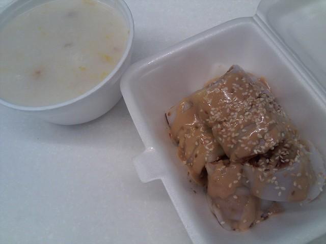 Déjeuner chinois: congee citrouille/porc et pâtes de riz avec beignet frit nâpé de sauce sésame et soya