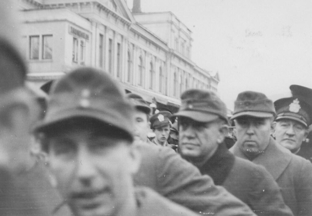 Politi og tyskere ved Trondheim Sentralstasjon (1945)