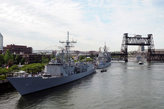 PORTLAND, Ore. (June 9, 2011) The Oliver Hazard Perry-class frigate USS Ingraham (FFG 61) arrives to participate in Portland Fleet Week festivities during the city's 104th annual Rose Festival. Navy ships have been coming to the City of Roses since USS Charleston visited in 1907, and are considered a highlight of the festival. (U.S. Navy photo by Mass Communication Specialist 2nd Class Nathan Lockwood/Released)