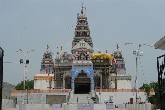 Bonito y pintoresco templo, a unos 20km de Karauli en la carretera de Jaipur a Agra Karauli, el día que me convertí en un Maharajá en la India - 4172563604 a3a98e22aa z - Karauli, el día que me convertí en un Maharajá en la India
