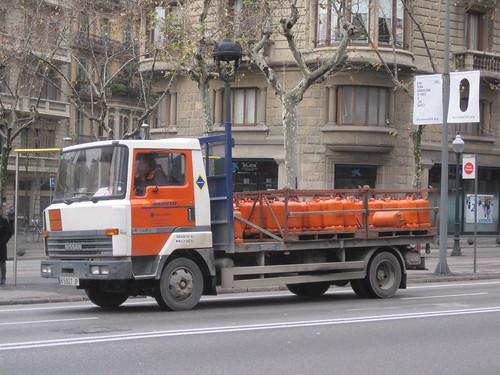 Camió Nissan de repartiment del butà aturat a l'avinguda Diagonal de Barcelona