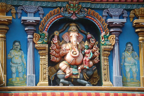 Ein zehnarmiger Ganesha an einem Turm des Tempels von Madurai.