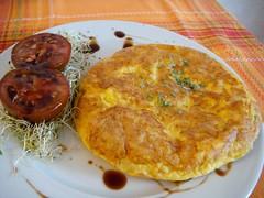 frittata(0.0), meat(0.0), potato pancake(0.0), meal(1.0), breakfast(1.0), fried food(1.0), baked goods(1.0), produce(1.0), food(1.0), dish(1.0), cuisine(1.0), tortilla de patatas(1.0),