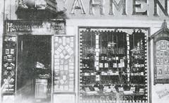 Tobakksforhandler A/S Carmen og fotograf Sødahl i Nordre gate 1 (ca. 1911)