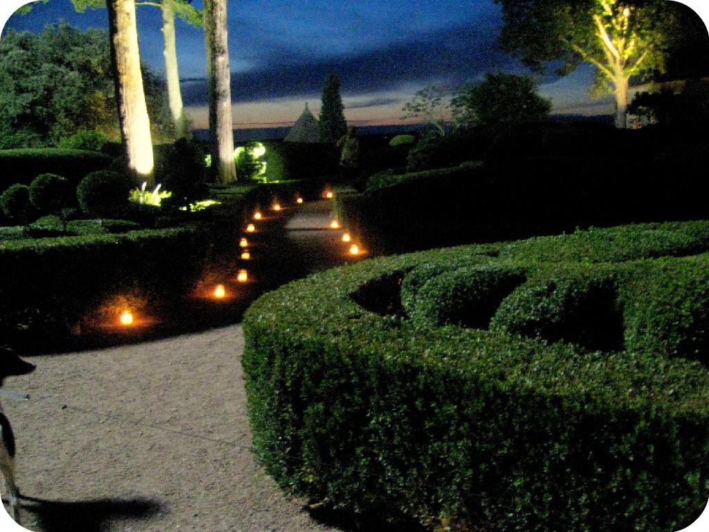 ライトアップされたマルケイサック庭園内の道