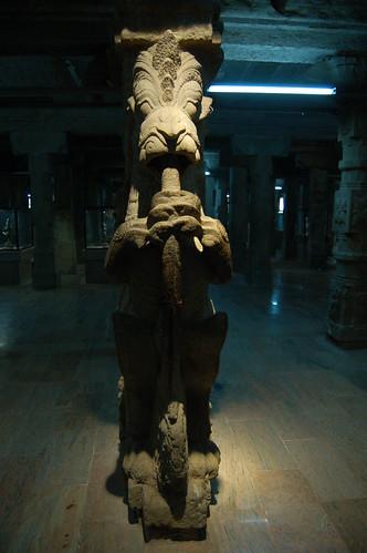 Die Säulen sind verziert mit Steinfiguren. Jede Säule hat ein anderes Motiv.