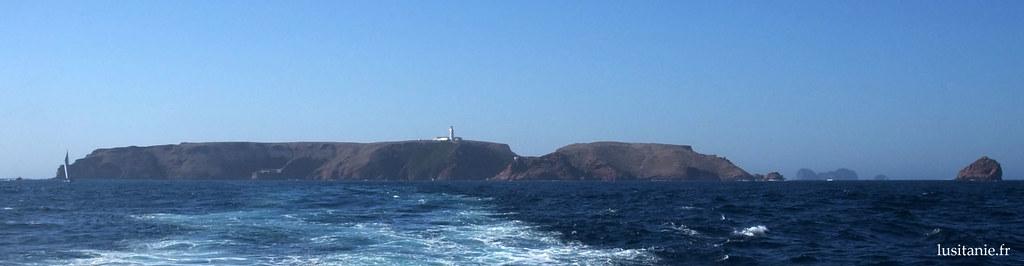 Pour ceux qui aiment vivre isolés, pourquoi pas dans le petit archipel des Berlengas? Sur la photo, les falaises de son île principale, Berlenga Grande, surmontées du phare.