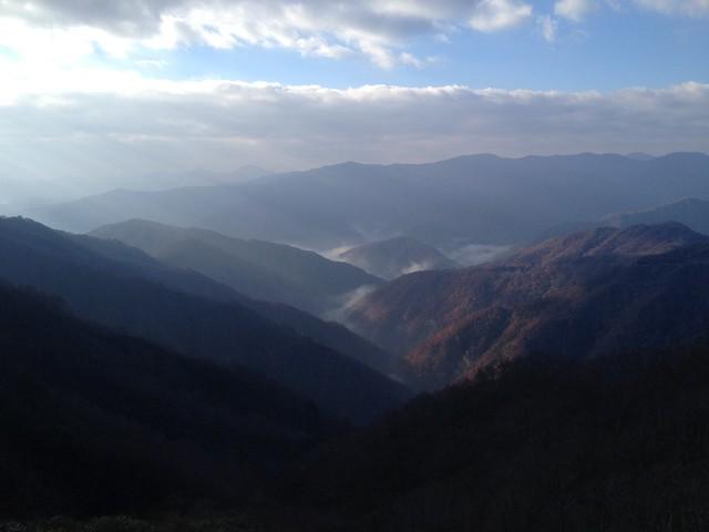 冠山 登山道から見下ろす徳山湖