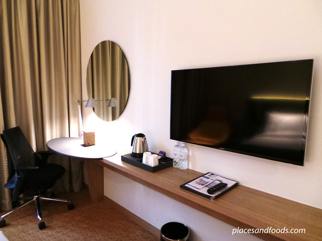 holiday inn express orchard road room TV