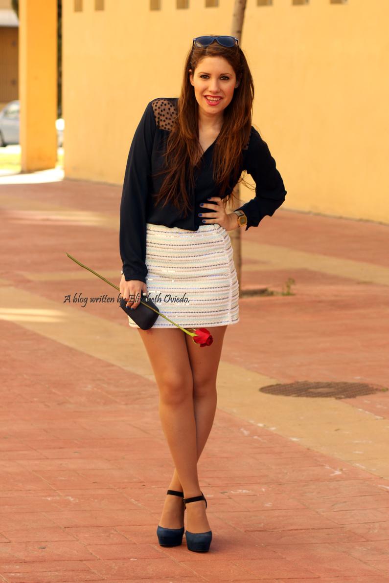 falda-blanca-con-lentejuelas-y-blusa-azul-HEELSANDROSES-(2)