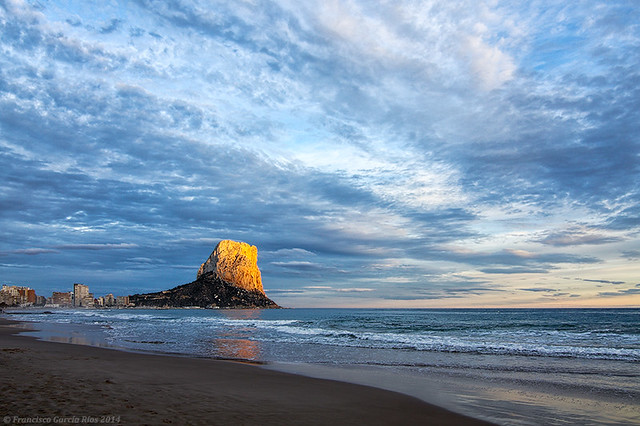 Un faro natural en el ocaso./ A natural lighthouse at twilight. (Finalista Yahoo!