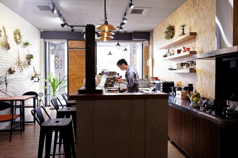 33573505545 a879715854 c - Frini Cafe-乾燥花咖啡館結合簡約工業風.早上就吃的到鬆餅甜點喝的到咖啡.近澄清醫院.中港新城公車站旁.中科商圈