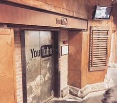 En el Chelsea Market hay una oficina de marketing local de YouTube :arrow_forward: para el area de #NewYorkCity. La entrada está literalmente en un pasillo del mercado y el elevador tiene todo ese toque industrial - vanguardia. Es un spot  geek escondido