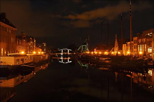 netherlands leiden nightshot houseboats ouderijn oudesingel galgewater sleutelstad stadstimmerwerf molendeput museumhaven rembrandtbrug historiccityview watererfgoed oldcityshipyard