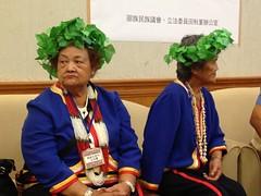 邵族的女性長輩,頭帶著以ribush a tamuhun編織成的頭冠,身穿傳統服飾北上陳情。這些獨特的文化原應保護保留下來,但921之後,政府說好的復育區,卻因南投縣政府刁難,無法進行。