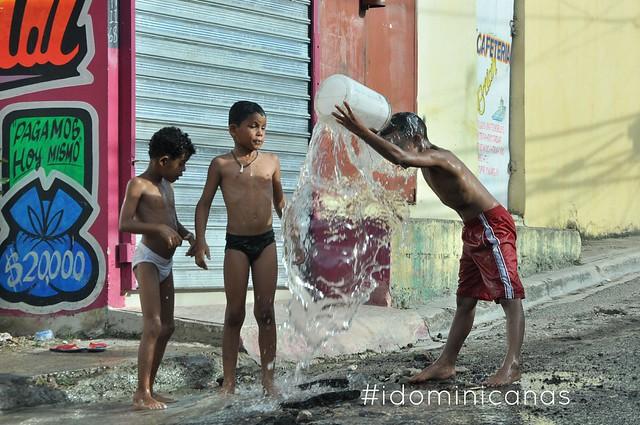 Niños se bañan con agua de tuberia rota
