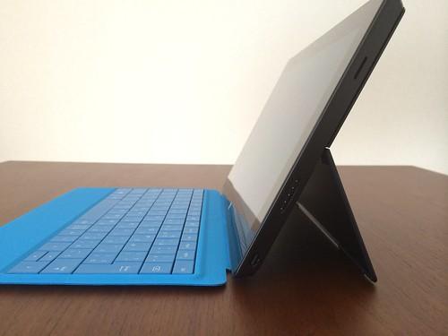 Surface Pro 2 - キックスタンドを 1段階目まで開いたところ
