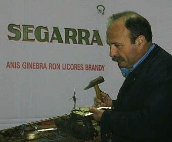 Julián Segarra fabricando la antena de 5/8 para WI-FI