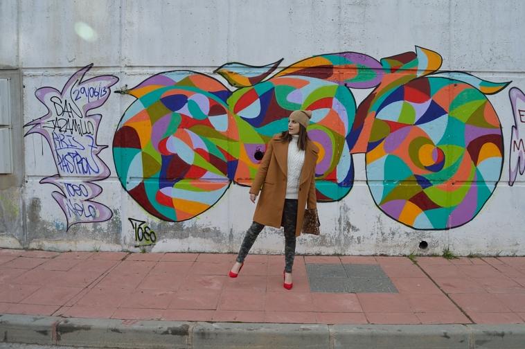 lara-vazquez-madlula-style-brown-coat-red-heels-abrigo-marron-salones-rojos