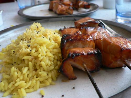 Lachsspieße mit Granatapfelsirup und Honig und Zitronenreis