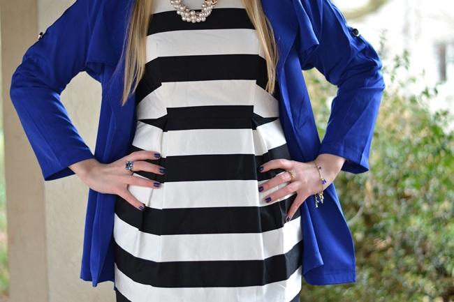 Outfit gestreiftes Kleid und blaue Jacke (5)