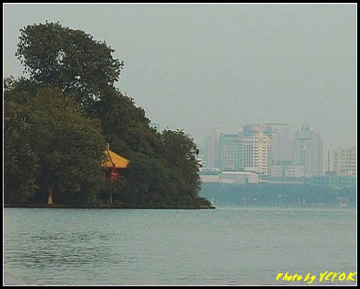 杭州 西湖 (其他景點) - 270 (在西湖十景之 蘇堤 看西湖上的阮工墩及市區)