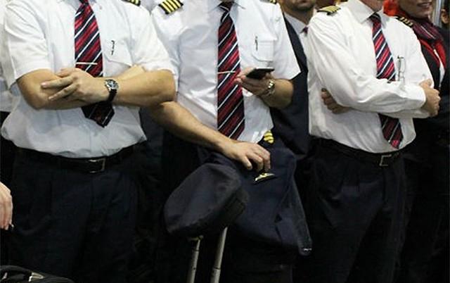 Pilotos, co-pilotos e comissários de voo decretam estado de greve
