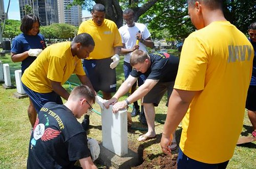 USS MICHAEL MURPHY (DDG 112) Sailors lending a helping hand at the OAHU Cemetery