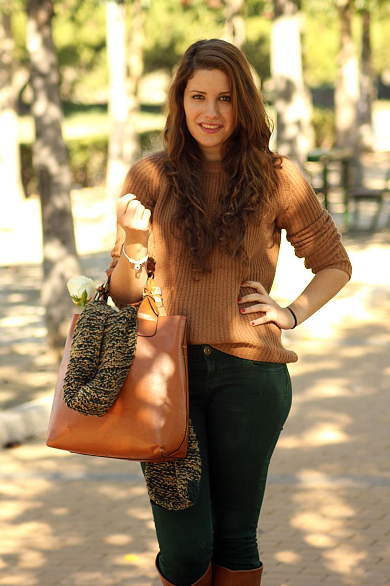pantalones-verdes-con-jersey-marrón-heelsandroses-(6)