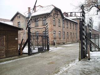 600px-Auschwitz_gate_tbertor1