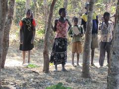 Zambia. Aldea entre Kasama y Mporokoso. Los niños nos observan tímidamente al principio