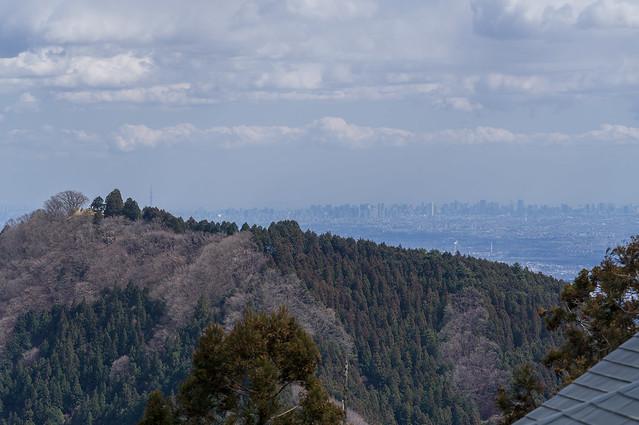 日の出山山頂と都心ビル群@武蔵御嶽神社