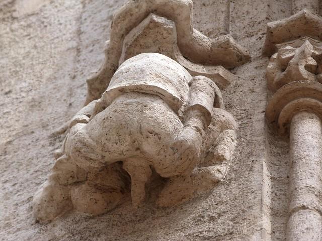 Estatua de un hombre fornicando en el edificio de la lonja de Valencia