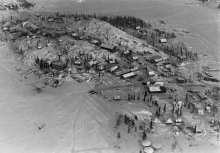 Aerial view of Yellowknife, Northwest Territories / Vue aérienne de Yellowknife (Territoires du Nord-Ouest)