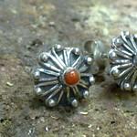 zilveren oorknopjes met bloedkoraal