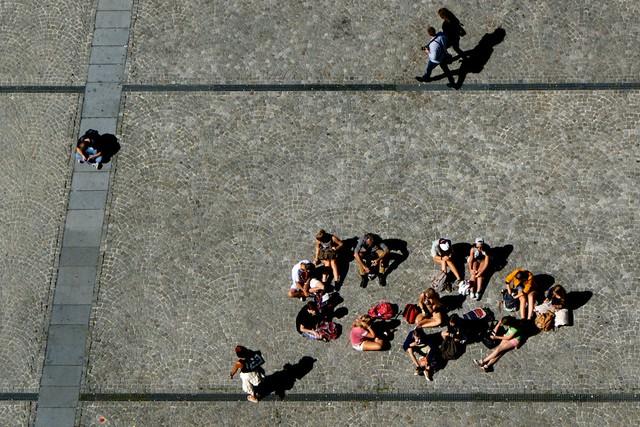 天気がよかったのでポンピドー前の広場では日光浴。