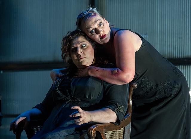 Michaela Schuster as Klytemnestra and Christine Goerke as Elektra in Elektra © ROH / Clive Barda 2013