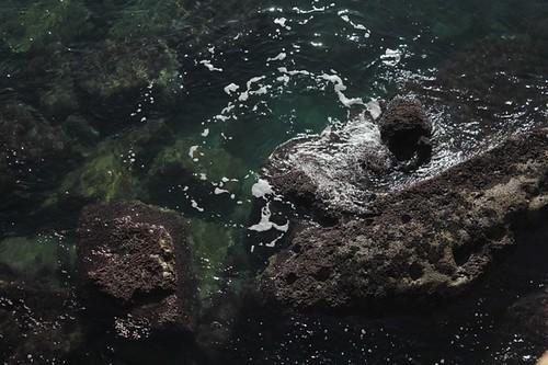L'impeto del mare sugli scogli