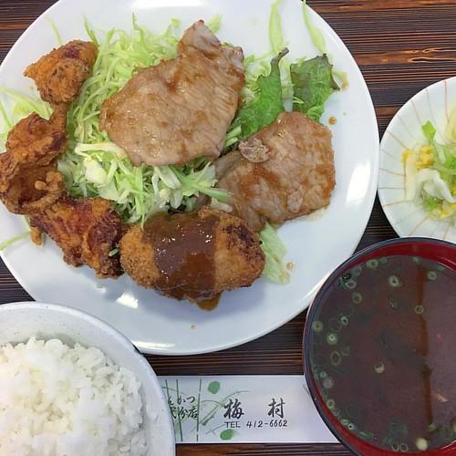 朝から昼まで会議漬物( ꒪⌓꒪) お昼はトンカツ屋さんの日替わり定食〜!豚生姜焼き、メンチカツ、唐揚げ最強トリオ #japanese #japanesefood #lunch #お肉おじさん