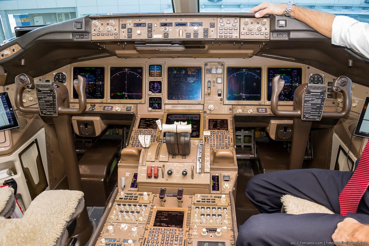 кабина  экипажа Boeing 777 Austrian Airlines