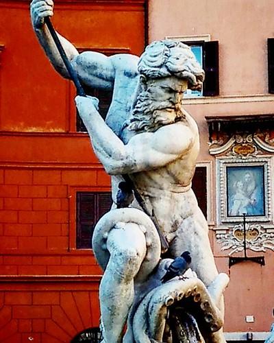 「海神與章魚的戰鬥」雕塑 位於海神噴泉 Fontana del Nettuno中間主視覺。噴泉是位於於義大利羅馬的納沃納廣場北側。不過這裡最有名的是廣場中央的四河噴泉。   我特愛海神與章魚搏鬥,古老的石雕像周圍沒有任何組閣,經過的人們可以赤裸裸地欣賞這些充滿著不可思議的石雕肌肉線條所展現出的力與美、與其張力。這令我想起漁人的戰鬥!以及美味的..章魚還有義大利麵。   令人驚嘆的雕像和各種不可思議的建築立在羅馬這個城市的各個角落,基本上這些古蹟完全都沒有任何欄杆可以阻擋我們熱切的眼神,如此近距離!。