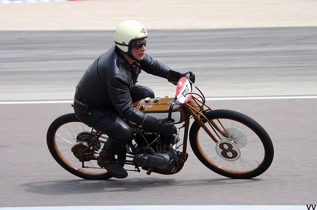 Une magnifique Harley-Davidson de board track, sans frein avant...