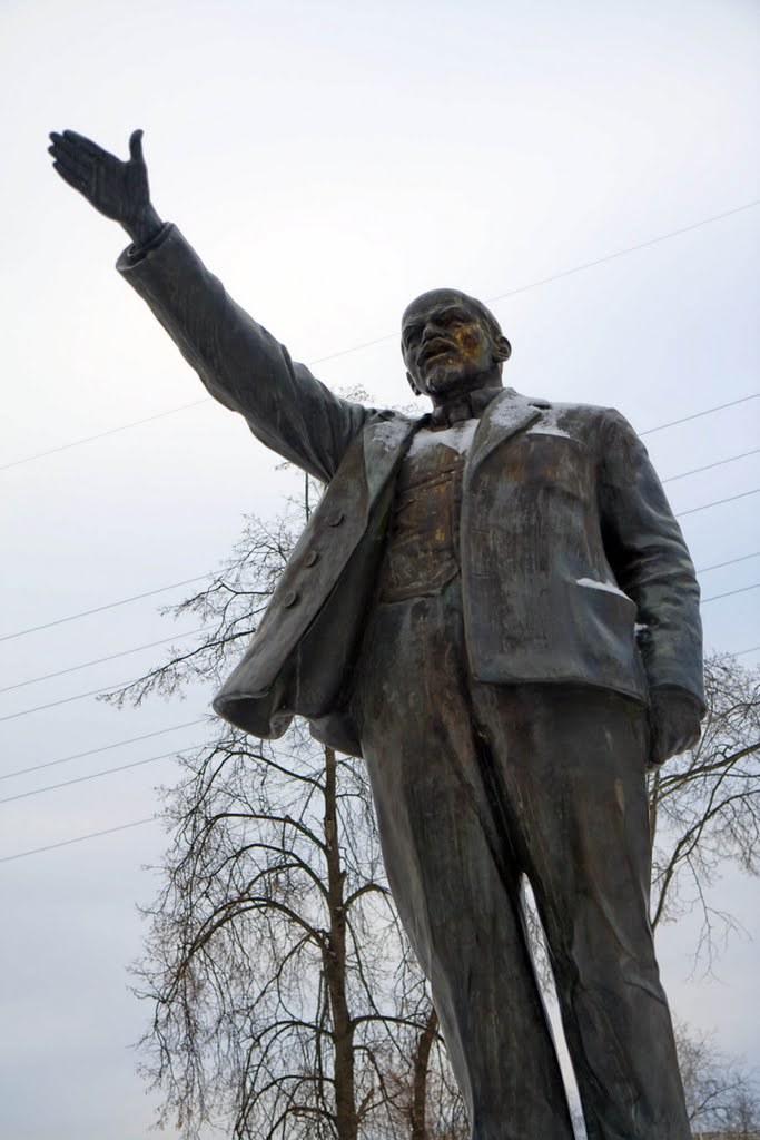 Златоуст Ленин у краеведческого музея крупнее slava_kry