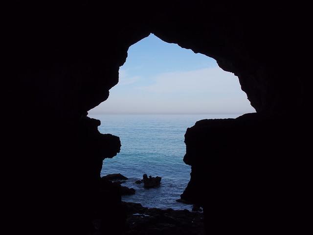 The Cave of HERCULES - 傳說中的大力士洞窟,由棟中向外看去,洞口的剪影類似非洲大陸