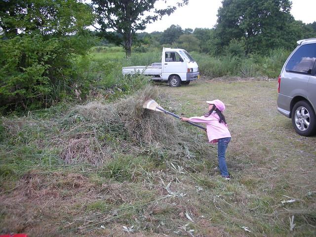 キッズもお手伝い.楽しそうに草集め♪