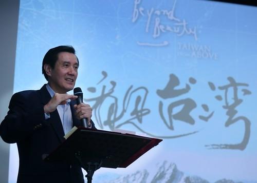 馬總統觀賞看見台灣後,談到汙染治理工作。(圖片取自總統府Flickr)