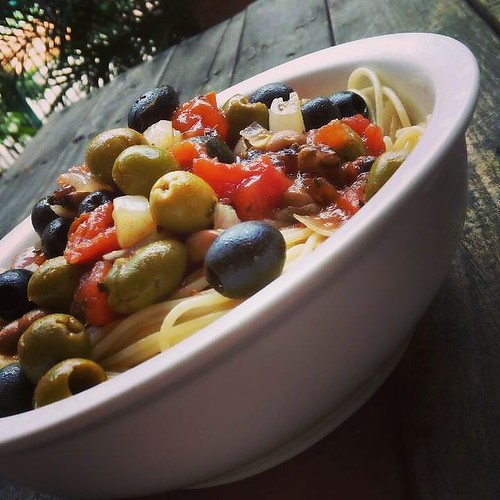 Vegan lunch - Spaghetti Puttanesca - Spaghetti pasta topped with a sauce made of tomatoes, peppers, capers, black eyed beans, black and green olives, red onions and garlic - tasty flavorful pasta dish for Italian food lovers #vegan #veganeats #vegancook #