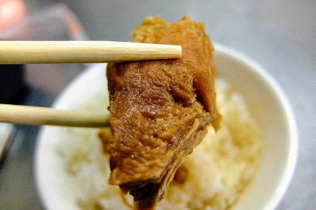 肉還蠻軟嫩的,不過肥的部分有點白白的..XD 飯有淋上湯汁,不會太鹹